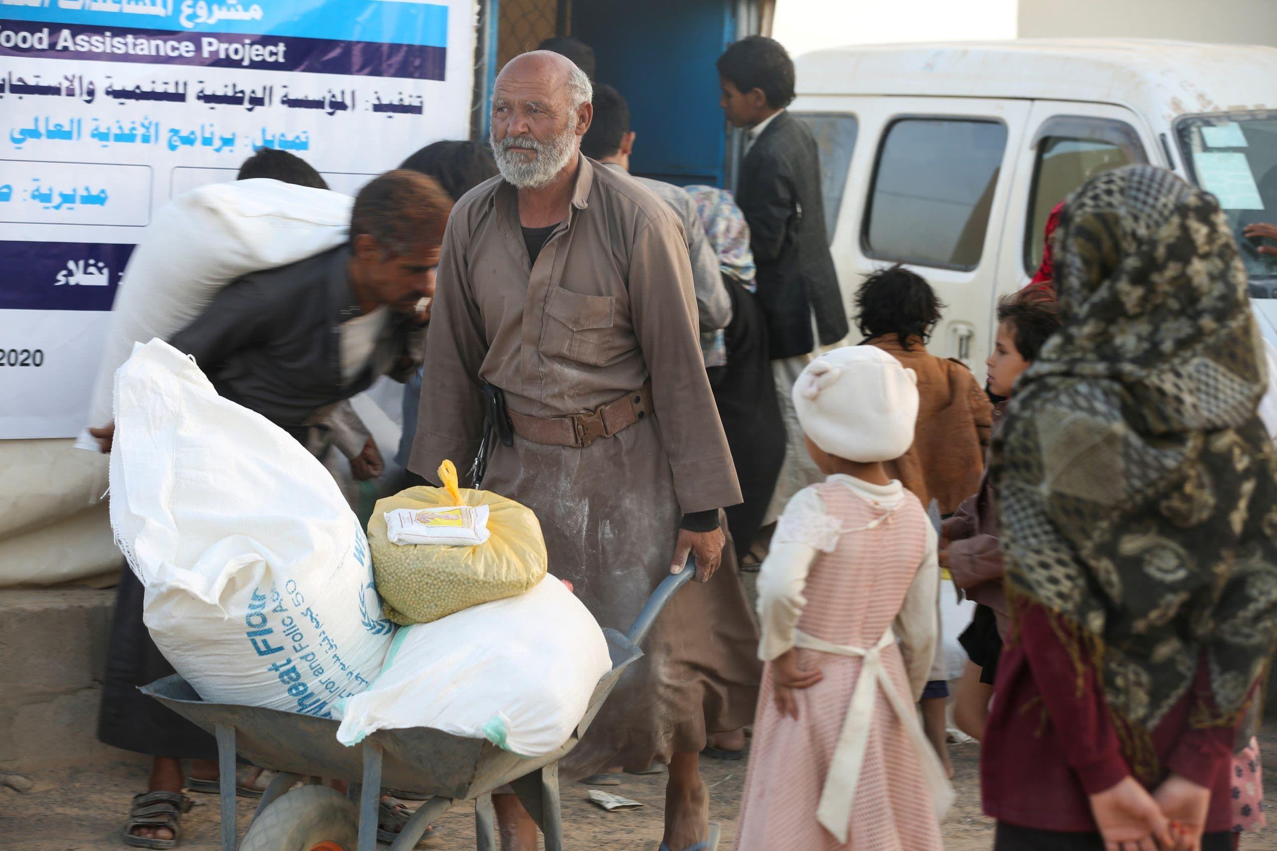 توزيع مساعدات إنسانية في مأرب (أرشيفية)